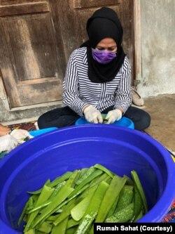 Proses pembuatan hand sanitizer di Rumah Sahat Farida di Depok, Jawa Barat. (Foto: Courtesy/Rumah Sahat)