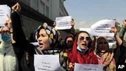 美國從阿富汗撤軍後, 女性上街抗議要求女權。