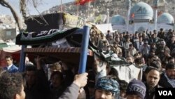 Warga menggusung jenasah korban bom bunuh diri untuk dimakamkan di Kabul, Afghanistan (7/12). Bom tersebut menewaskan 56 jemaah Shiite dan melukai 160 lainnya di hari suci Ashura.