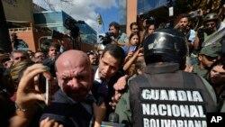 Хуан Гуайдо и другие законодатели-оппозиционеры пытаются прорваться в здание Национальной ассамблеи