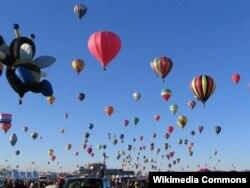 뉴멕시코 열린 2006 앨버커키 국제 열기구 축제에서 열기구들이 하늘에 떠오르고 있다.