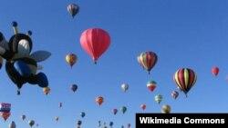 미국 뉴멕시코주에서 열린 앨버커키국제 열기구 축제에서 열기구들이 하늘에 떠오르고 있다.