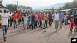 Wafuasi wa upinzani wakiandamana katika mji mkuu wa Bujumbura Burundi.