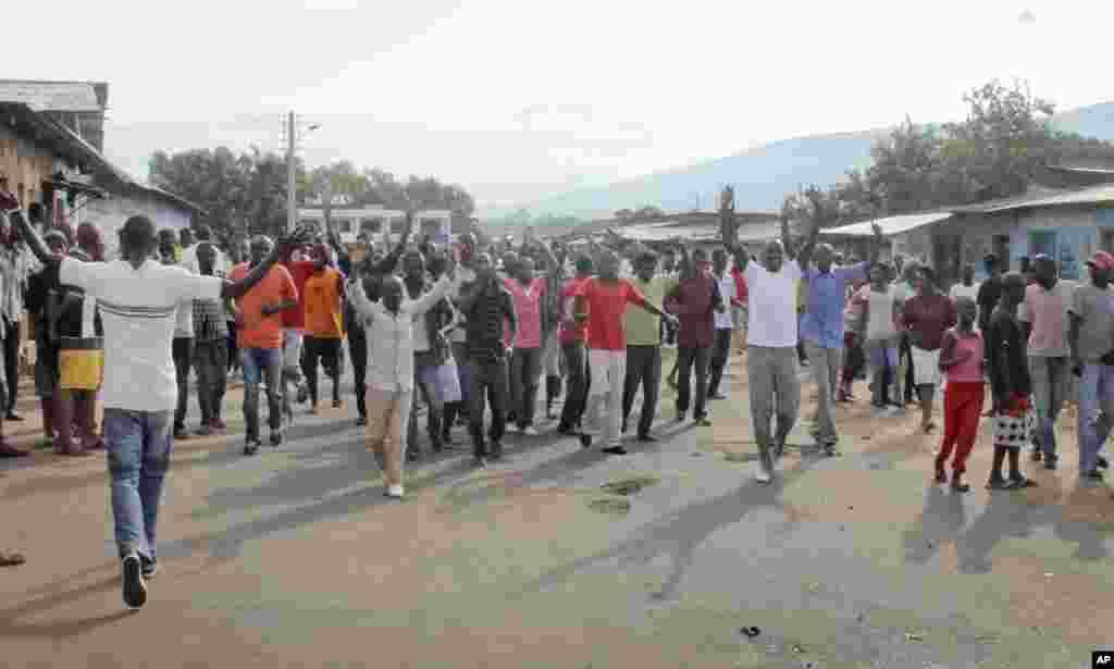 Des partisans de l'opposition protestent dans la capitale Bujumbura, Burundi, lundi 27 avril 2015.
