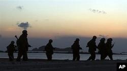 韩国海上巡逻队在延坪岛海边巡逻