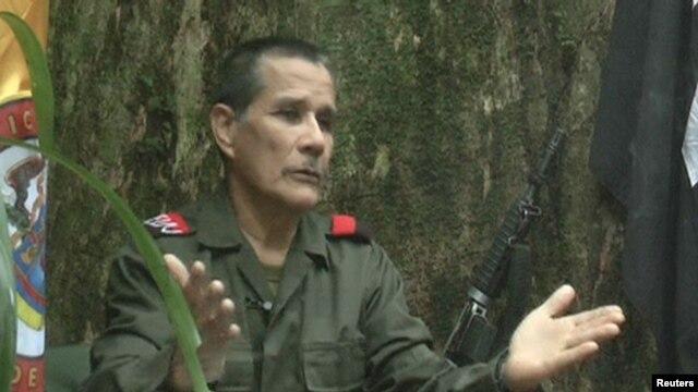 Un comandante de la guerrilla del ELN habla con la prensa. Los rebeldes aseguran tener en su poder a dos alemanes.