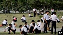Anak-anak sekolah Korea Utara melakukan kerja bakti membersihkan sebuah lapangan di Pyongyang, 16 Juni lalu (foto: ilustrasi).