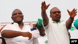 Le président de la Sierra Leone, Julius Maada Bio, à gauche, et le vice-président Mohamed Juldeh Jalloh au cours d'un rassemblement à Freetown, le 7 avril 2018.