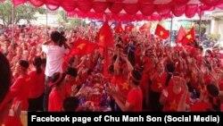 """Hình ảnh được cho là hội Cờ đỏ """"gặp gỡ 3 miền"""" ở sát giáo xứ Song Ngọc, Nghệ An, 29/10/2017"""