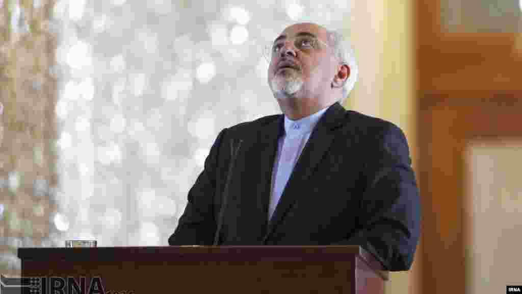 همزمان با افزایش تنش ایران و عربستان، سکوت محمدجواد ظریف توجه بر انگیز شده است. آقای ظریف با اینکه امروز با وزیر خارجه دانمارک دیدار داشت، اما درباره اختلاف با عربستان موضعی نگرفت. دولت روحانی نشان داده موافق اقداماتی مثل اشغال سفارت نیست و آن را محکوم کرده، و شاید آقای ظریف به همین دلیل سکوت کرده است. عکس: مرضیه سلیمانی، ایرنا