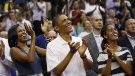 Američki predsednik Barak Obama sa suprugom Mišel i ćerkom Malijom na utakmici SAD - Brazil u Vašingtonu