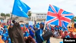 Wasomalia wakipeperusha bendera za Somalia na Uingereza wakati wa maandamano kuunga mkono mazungumzo ya London