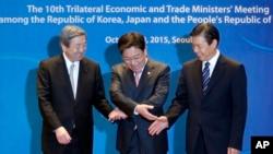 Các bộ trưởng thương mại của Nhật Bản, Trung Quốc và Nam Triều Tiên bắt tay trước hội nghị thượng đỉnh ở Seoul ngày 30/10/2015.