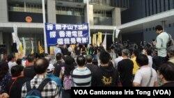 """接近100人參與泛民立法會議員發起的""""發牌不容篩選、反抗隻手遮天﹗""""集會"""