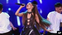 Ariana Grande presentándose en el Wango Tango de Los Angeles, California, 2/6/18.