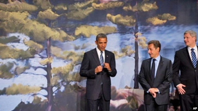 US President Barack Obama gestures alongside French President Nicolas Sarkozy and Canadian Prime Minister Stephen Harper at the Deerhurst Resort at Muskoka, in Huntsville, Ontario, Canada, 25 Jun 2010