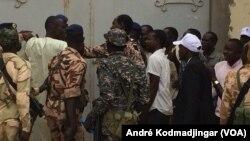 Les forces de l'ordre tentent de faire faire respecter l'une des mesures gouvernementales, le 3 avril 2017. (VOA/André Kodmadjingar)