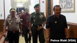 Gubernur, Pangdam dan Kapolda memastikan kesiapsiagaan menghadapi ancaman terorisme di Jawa Timur. (VOA/Petrus Riski)