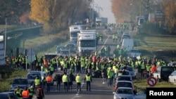 Göstericiler giydikleri sarı fosforlu yeleklerle yolları trafiğe kapatıyorlar