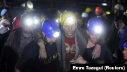 Seorang penambang yang terluka berhasil diselamatkan dari tambang batubara di Soma, Turki, 14 Mei 2014.