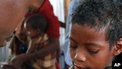 图为一名索马里儿童8月11日在索马里边境附近的难民中心接踵疫苗