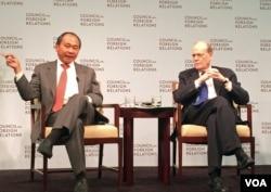 弗朗西斯·福山和约翰霍普金斯大学国际关系学院的迈克尔·曼德巴姆在美国智库外交关系协会的一个研讨会上。(美国之音斯洋拍摄)