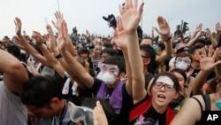2일 중국의 홍콩 행정장관 선거안에 반대하는 시위대가 홍콩 정부 청사 앞에서 경찰과 대치하고 있다.