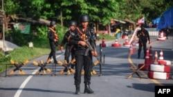 Para petugas berjaga di salah satu pos pos pemeriksaan tempat kendaraan militer Thailand di distrik Cha nea, provinsi Narathiwat, Thailand selatan, 27 April 2017. (Foto: dok).