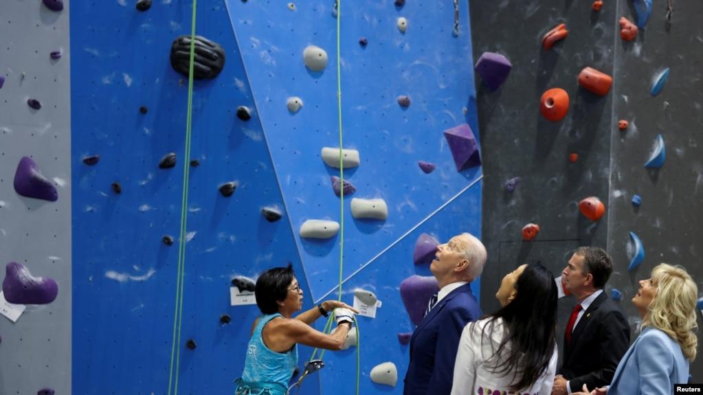 美国总统拜登和第一夫人吉尔在弗吉尼亚州亚历山大市的一个攀岩馆与弗吉尼亚州州长诺瑟姆会面,讨论该州抗击新冠疫情的进展。(2021年5月28日)(photo:VOA)