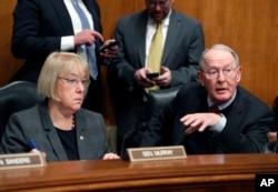 미국 상원의 공화당 라마 알렉산더 의원(오른쪽)과 민주당 패티 머리 의원. 두 의원은 지난 17일 초당적인 건강보험 보조금 법안에 합의했다고 밝혔다.