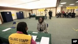 Une Sud-Soudanaise attendant de voter à Londres