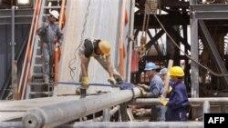 Công nhân làm việc tại mỏ dầu Zubair gần Basra, 550 km về phía đông nam Baghdad, Iraq, Chủ nhật, 15/5/2011
