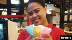 Seorang pramuniaga di sebuah toko es krim memperlihatkan contong es krim yang terbuat dari jeli rumput laut dengan merek Ellojello, buatan Evoware. 9 November 2017.