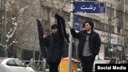 از دو سال پیش زنان و دختران جوان زیادی در ایران به اجباری بودن حجاب در ایران اعتراض کردند.