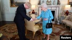 Ratu Elizabeth II (kanan) menerima Boris Johnson di Istana Buckingham, London, Rabu (24/7).