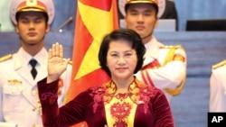 베트남에서 첫 여성 국회의장으로 선출된 응웬 티 킴 응언 신임의장이 하노이 국회에서 선서하고 있다.