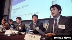 서창록 고려대 인권센터장(오른쪽)이 3일 서울 중구 플라자호텔에서 열린 북한인권법 제정 1주년 기념 북한인권 포럼에서 관련 발언을 하고 있다.