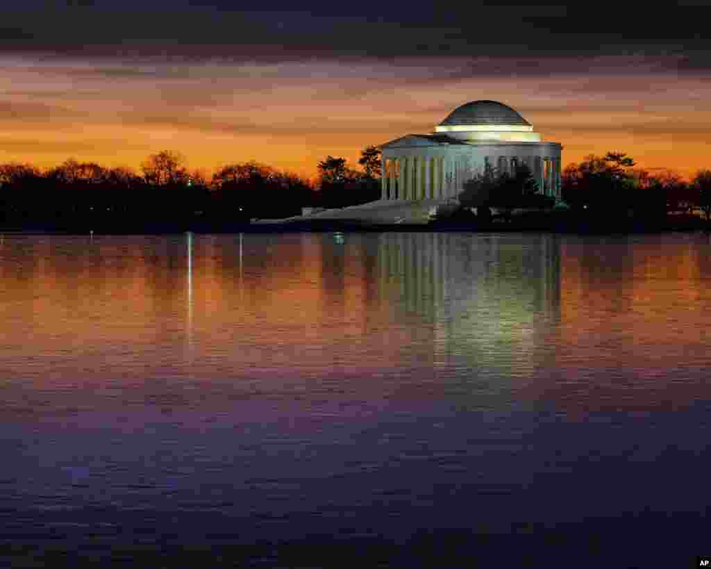 """华盛顿之冬,破晓时分,潮汐湖冰封的湖面(Tidal Basin)和湖畔的杰佛逊纪念堂。杰佛逊是美国""""开国先父""""之一,第三任美国总统。"""