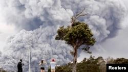 夏威夷從5月早些時候開始陸續出現火山爆發,當地居民5月15日觀看情形。