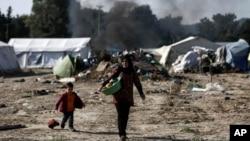 هنوز هم بیش از ۳۰۰۰ پناهجوی عمدتاً سوری و عراقی در کمپهای خود سر در مرز میان یونان و مقدونیه مستقر است.