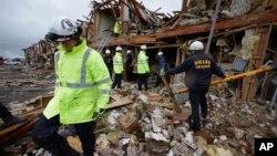 18일 폭발 사고가 발생한 미국 텍사스주 비료공장 주변주택가에서 생존자 수색 작업 중인 소방관들.