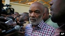 រូបភាពឯកសារ៖ ប្រធានាធិបតីប្រទេសហៃទីលោក Rene Preval (កណ្តាល) និយាយទីកាន់អ្នកសារព័ត៌មានបន្ទាប់ពីលោកបានបោះឆ្នោតនៅស្ថានីយ៍បោះឆ្នោតទីក្រុង Port-au-Prince។