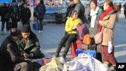 在北京站等候上车返乡的农民工