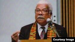 Professor Ali Mazrui akizungumza katika chuo kikuu cha Fayetteville, Carolina ya Kaskazini