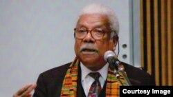 Professor Ali Mazrui akizungumza katika chuo kikuu cha Fayetteville, Carolina ya Kaskazini.