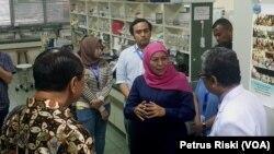 Gubernur Jawa Timur Khofifah Indar Parawansa saat meninjau laboratorium di Tropical Deases Center Universitas Airlangga (Foto: VOA/ Petrus Riski).