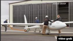 Dua orang pilot dan petugas lainnya sedang menyiapkan pesawat terbang layang terbuat dari serat kaca untuk mempelajari apa yang disebut gelombang angin stratosfer yang disebabkan oleh pegunungan yang tinggi (Foto: videgrab/VOA)