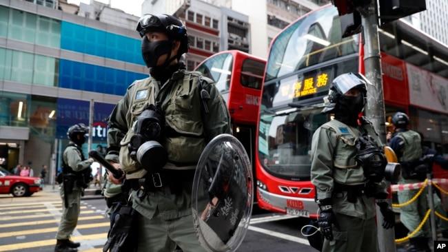 香港街头在一个路口执勤的香港警察。(2019年12月9日)