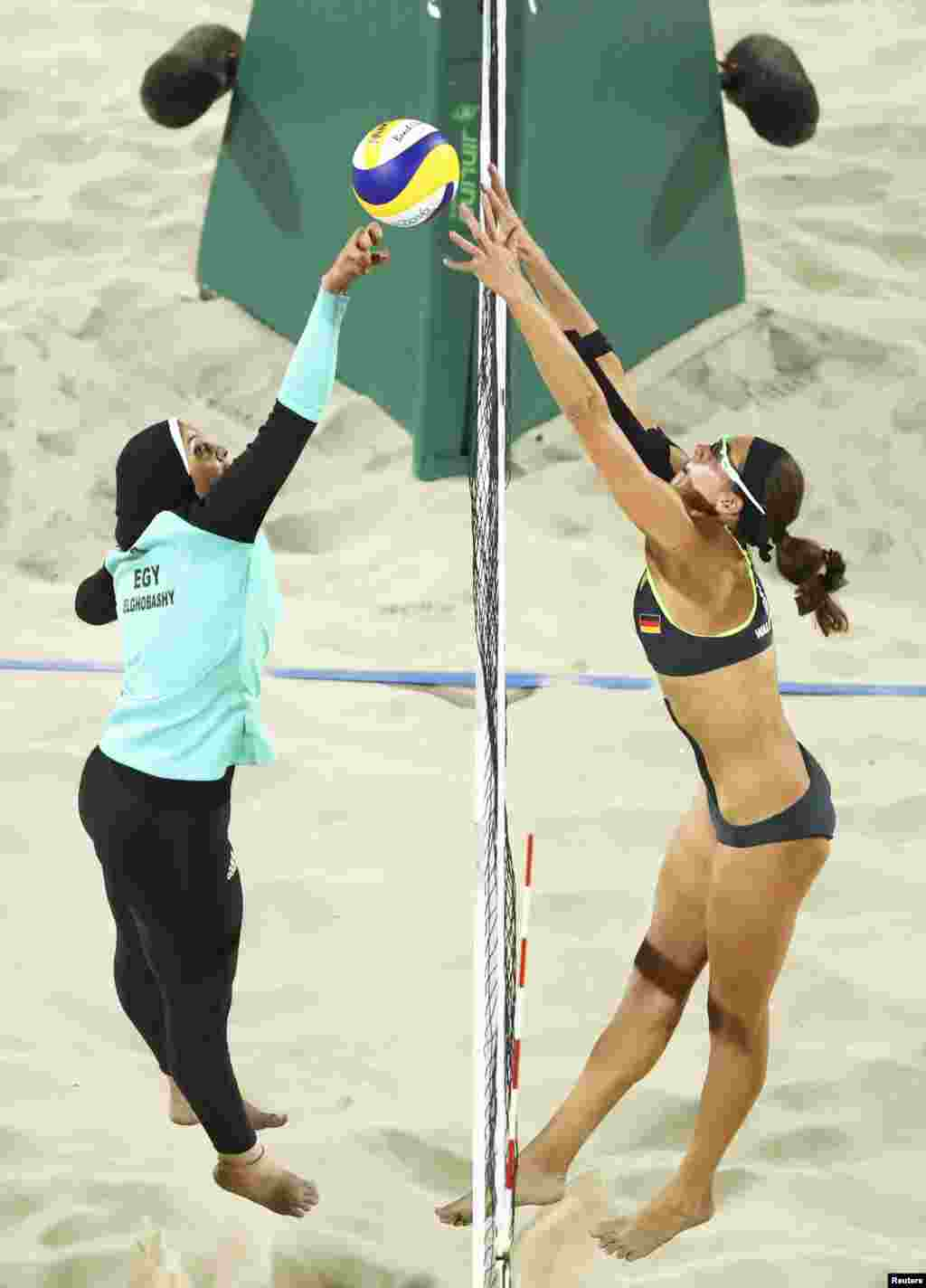 L'Egyptienne Doaa Elghobashy et l'Allemande Kira Walkenhorst lors des matchs préliminaires en Volleyball, Rio de Janeiro, Brésil, le 7 août 2016.
