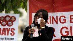 រូបភាពឯកសារ៖ សមាជិកនៃក្រុមបាតុករម្នាក់ជូតទឹកភ្នែកចេញពីថ្ពាល់ ខណៈពេលធ្វើបាតុកម្ម ដើម្បីរំលឹកខួបរំលឹកឆ្នាំទីមួយនៃការសម្លាប់សិស្សស្រី៥៩នាក់ នៅក្នុងសាកលវិទ្យាល័យ Bunu Yadi Federal Government College ក្នុងរដ្ឋ Yobe ដោយក្រុប Boko Haram.